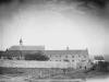 L\'abbaye vue depuis le chemin du moulin, 1875, à l\'extrême droite, la première auberge pour les dames