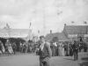 """1898 foule pour les \""""portes ouvertes\"""" de l\'abbaye, devant l\'auberge"""