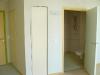 Les armoires et le cabinet de toilette