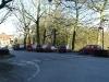 Nombre de voitures et de camionettes devant l\'abbaye