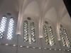 Les vitraux au-dessus du choeur des moines.