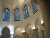 Les vitreaux et l'éclairage du sanctuaire.