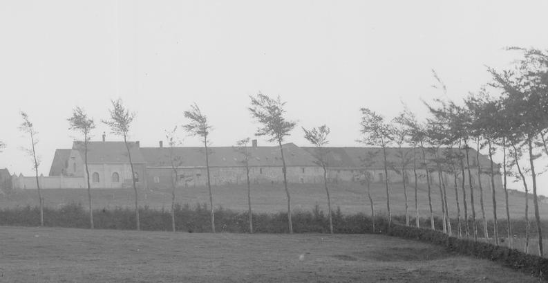 1870 Façade Nord des ateliers et des granges et bâtiments de ferme.