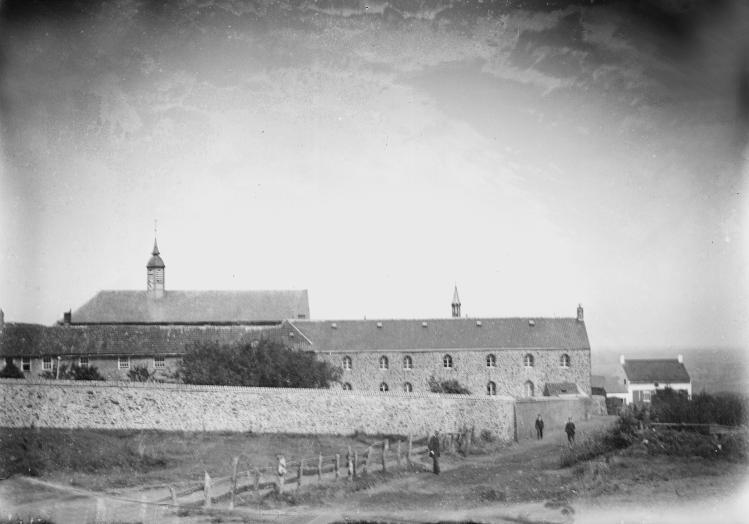 1880 le monastère face sud avec le mur de clôture