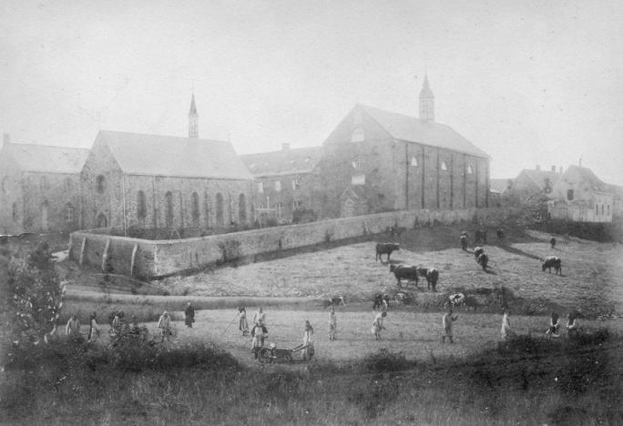 1880 le monastere face Nord, avec son mur de clôture