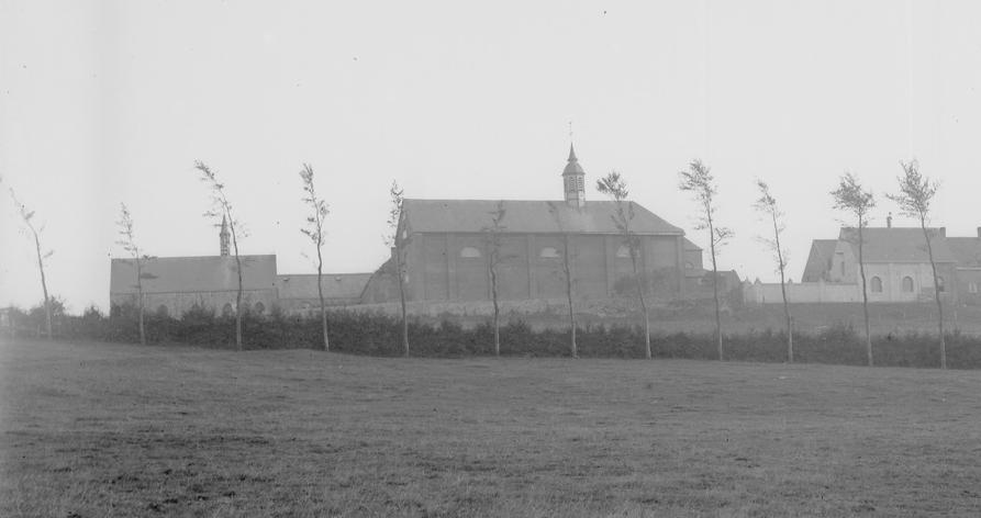 1880 le mur de cloture face nord, longe l'église et rejoint les ateliers