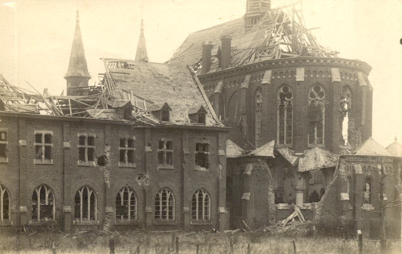 1918 Le chevet de l'église après le bombardement.