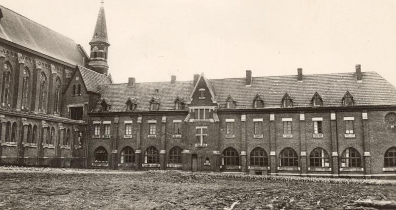 1930 l'hôtellerie complétée, côté clôture