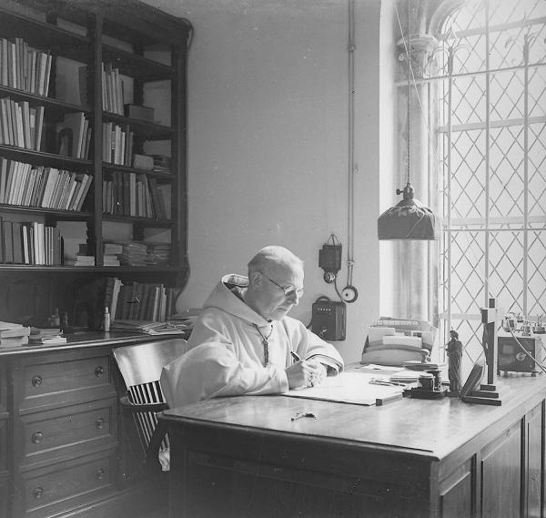 Dom Achille dans son bureau