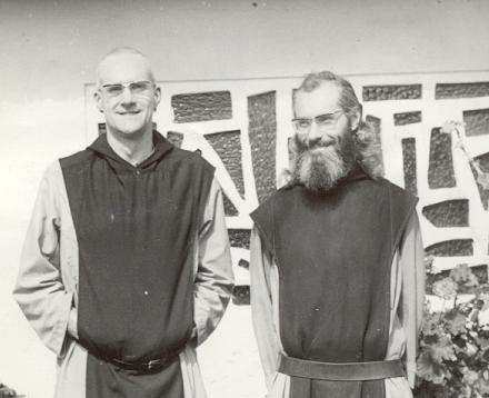 Dom Andre Louf avec Père Daniel Curely, Prieur, à Maromby en 1985