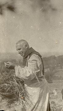Père Bernard Richebe à la moisson
