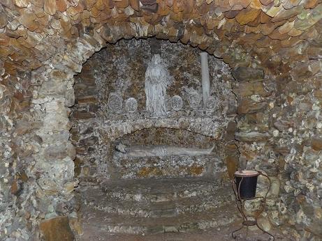 L'autel avec ses statues, sous l'autel un Christ au Tombeau