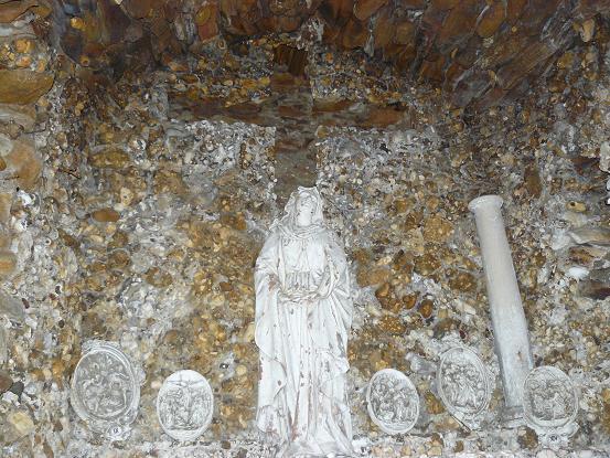 Sur l'autel la Sainte Vierge, dans le mur l'empreinte de la croix en bois.