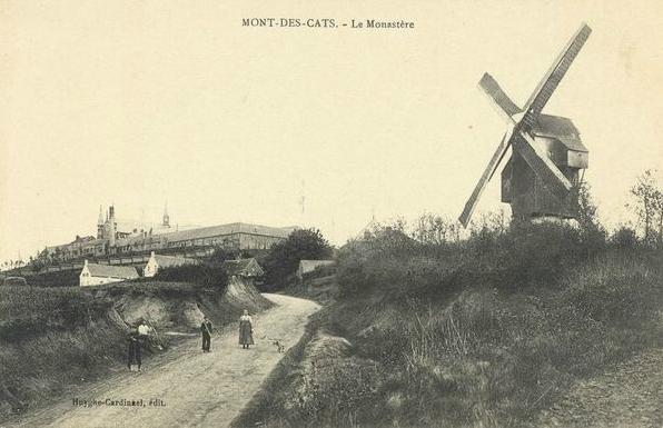 """Vers 1900, l'ancienne école et le """"Moulin des Pauvres"""""""