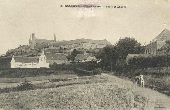 """Vers 1900, l'ancienne école la """"villa"""" jouxtant la nouvelle école"""