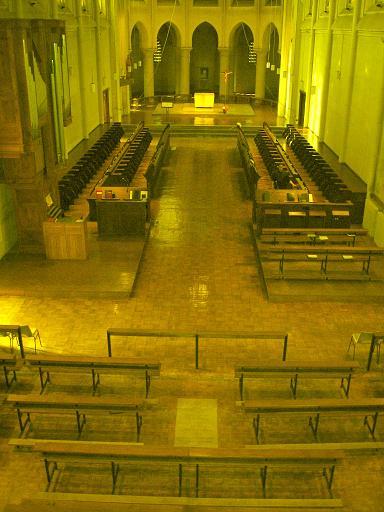 Eglise en 2005, avec la pierre tombale sous les bancs des fidèles