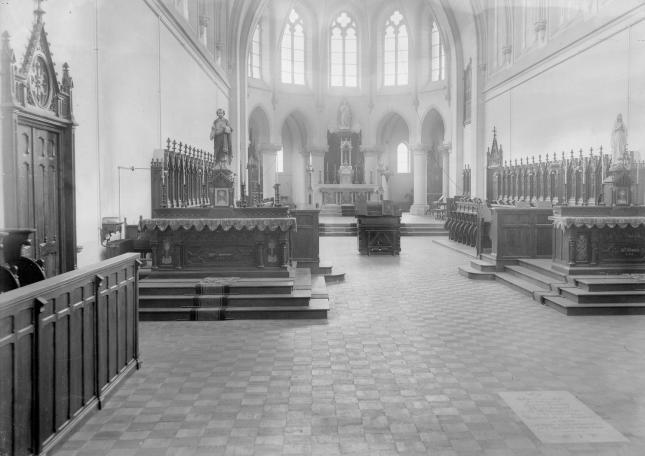 1930 L'Eglise restaurée après la guerre 1914-18, avec la tombe visible
