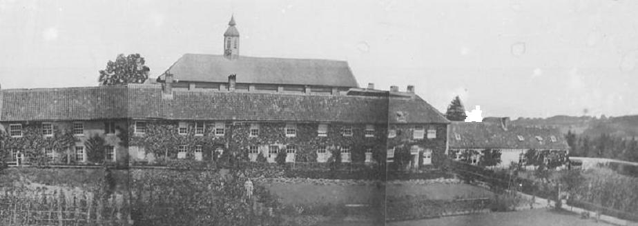 L'église surplombant le bâtiment d'origine de la communauté, vers 1839