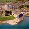 Le village de Feluy : la propriété se trouve derrière l'église contre le bois