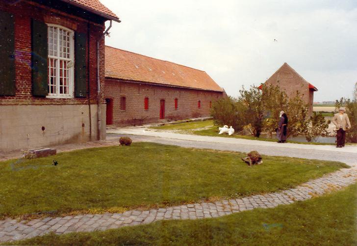 Le refuge de Watou : derrière le corps d'habitation, la ferme