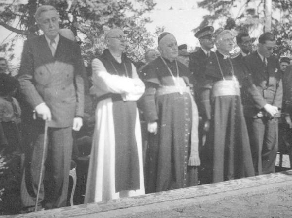 Inauguration du Memorial Canadien Général Vanier et Mgr Roncalli entourent Dom Achille
