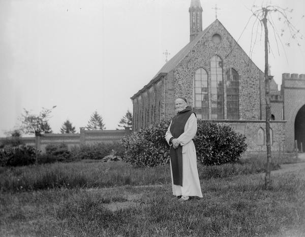 P. Laurent Laborde vers 1905, derrière lui le chevet plat de l'église St Constance
