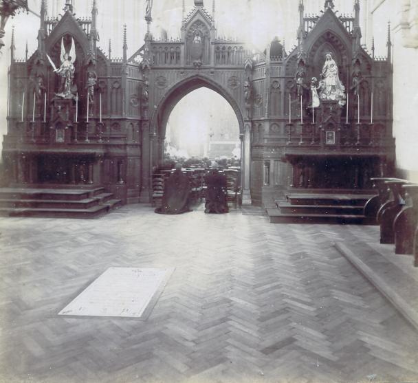 Photo prise pendant la consécration de l'église en 1898, on voit la pierre tombale dans le choeur des convers