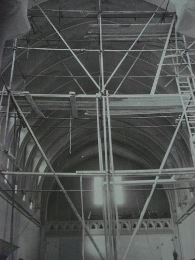 Restauration de l'église, vue vers le fond et la tribune, 1965