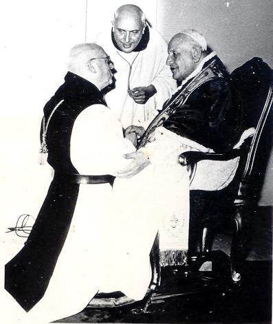 Dom Achille saluant le pape Jean XXIII après un chapitre général