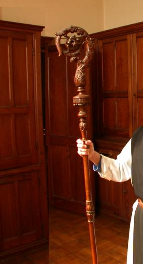 La crosse de 1894 tenue par un frère