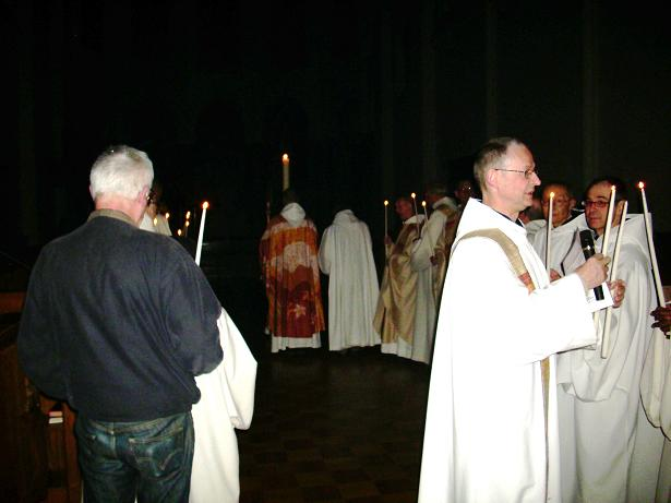 Mont des Cats, Vigile Pascale, arrivés dans l'église, les cierges sont allumés
