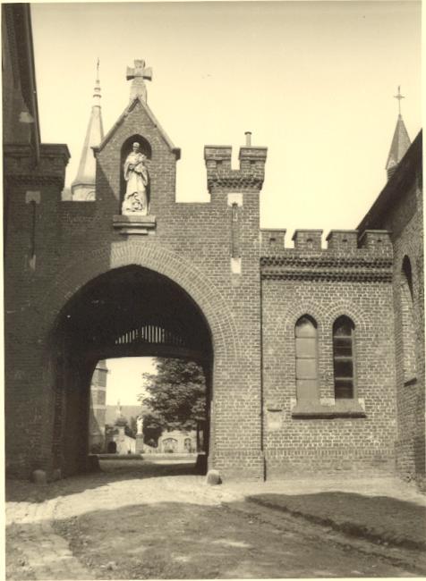 Vers 1950, vue plongeante à travers le portail ouvert