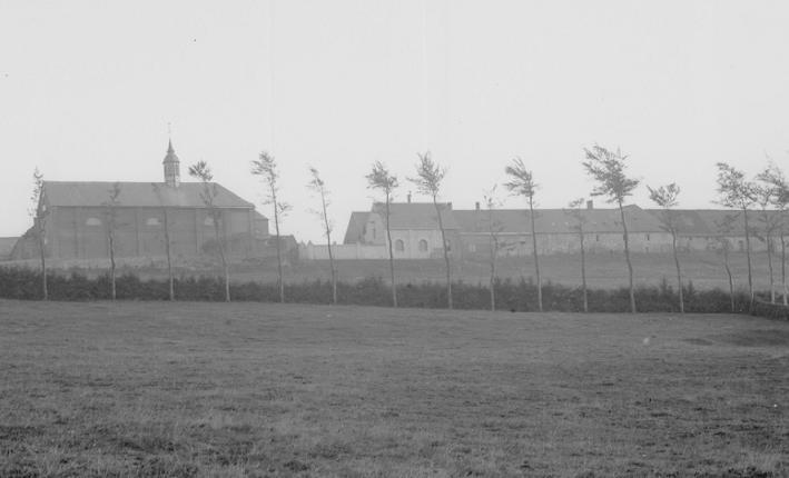Le monastère vu face Nord, vers 1870 : les ateliers et les bâtiments de ferme