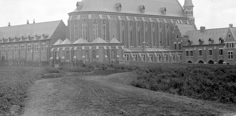 1894 ancien mur de clôture côté Sud et palissade en bois
