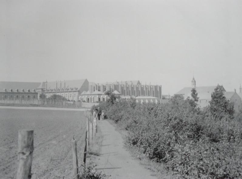 1894 construction de l'église et de l'aile de l'hôtellerie