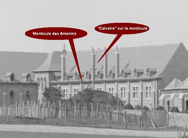 1894 gros-plan sur le calvaire des Antonins, vu de dos, proche du nouveau bâtiment