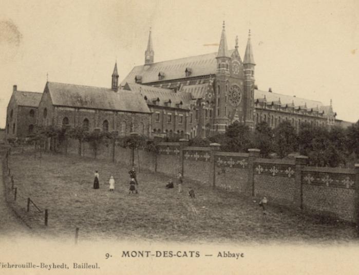1895 : l'ancienne hôtellerie de même hauteur que l'église St Constance