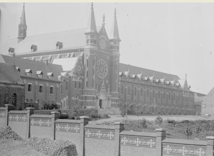 1895 facade Nord, l'ancienne hôtellerie cachée derrière l'église St Constance