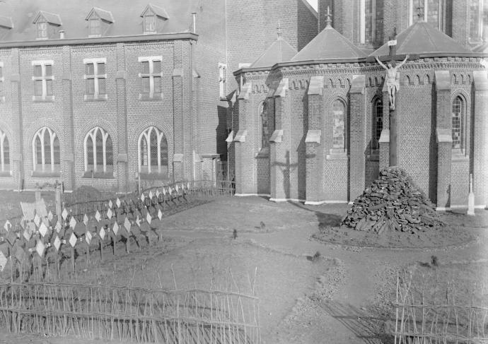 1896 nouveau cimetière juste aménagé, avec la croix des Antonins au centre