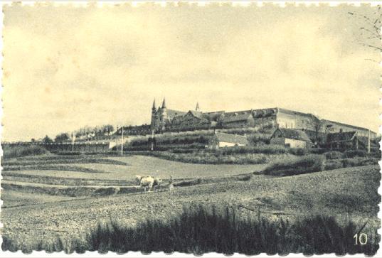 1897 le mur de clôture derriere l'école remontant jusqu'aux ateliers