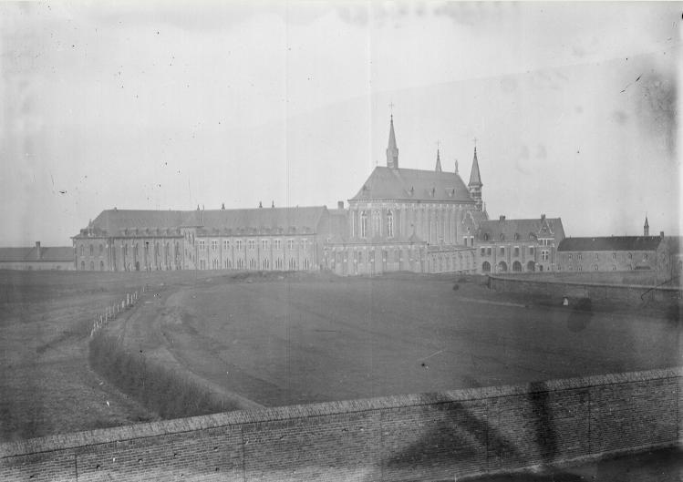 1898 Mur de cloture cote Sud, depuis le Moulin, non décoré selon les plans d'architecte