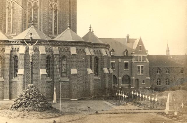 1898 chevet de l'église et nouvelle hôtellerie accollée à l'ancienne