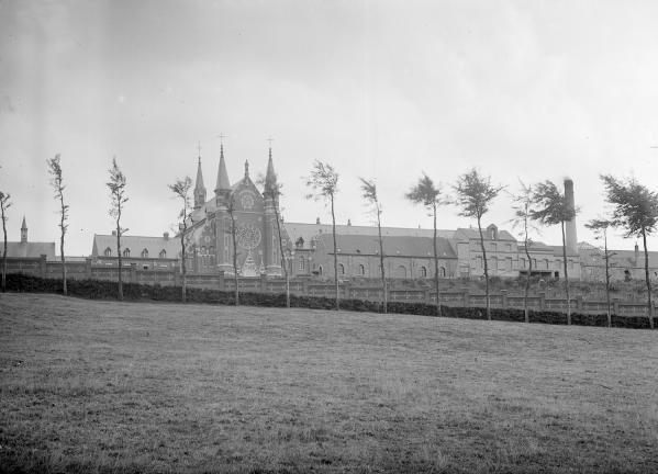 Le mur de clôture longeant la route de Godewaersvelde