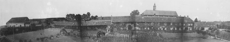 Panoramique du bâtiment des Antonins et premières constructions des moines