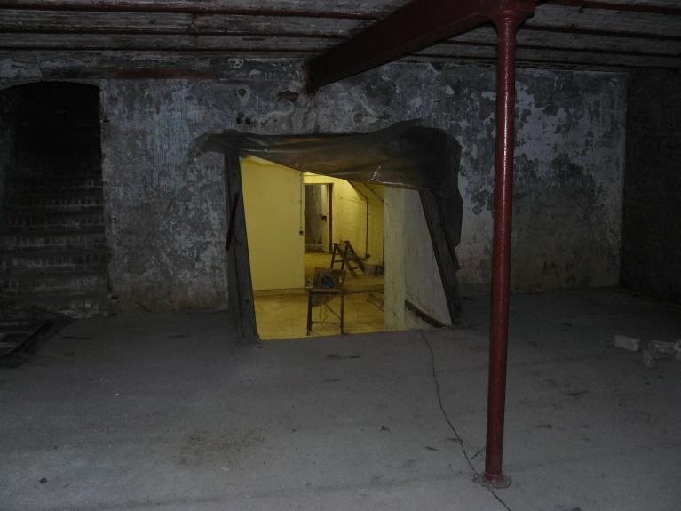 Cave de 1890 : à droite escalier vers l'autre cave, à gauche l'ancien escalier d'accès aux caves