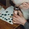 1891 Pierre de fondation : les médailles et pièces de monnaie à la loupe