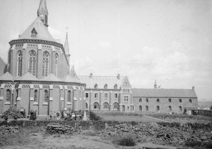 Le chevet de l'église et l'hôtellerie