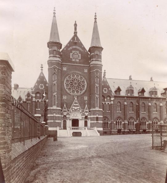 L'arc de triomphe, dans le prolongement du mur du jardin de l'hôtellerie