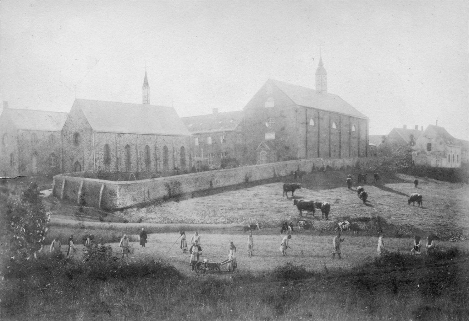 A gauche, l'église paroissiale, à droite l'église et les bâtiments de la communauté, à l'extrême droite les ateliers.