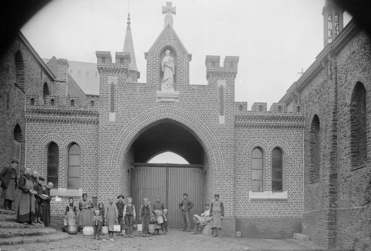 1897 les mendiants et les enfants devant le portail.